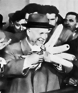 С початками в руках - Хрущев любит так позировать перед объективами